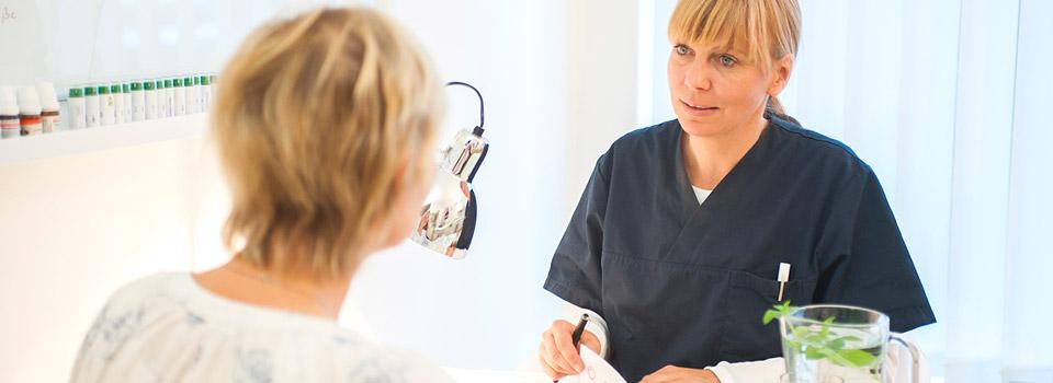 Heilpraktikerin Sarah Rodeck aus Hamburg im Patientengespräch